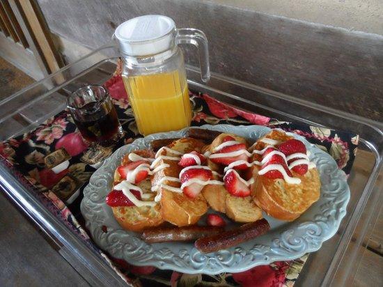 Fiddler's Roost Cabins: Amazing Breakfast