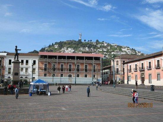 Hotel Real Audiencia: Vista del Panecillo desde la Plaza de Santo Domingo