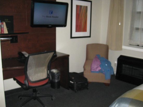 Club Quarters Hotel, Midtown: desk, tv and corner chair