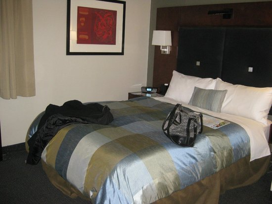 Club Quarters Hotel, Midtown : the comfy and clean bed/pillows