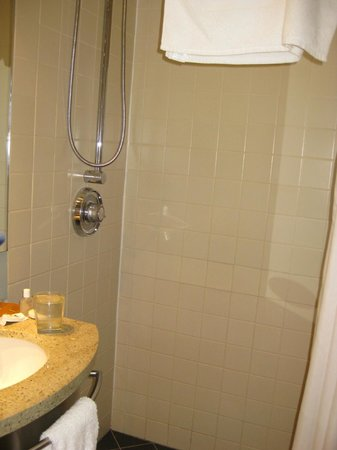 Club Quarters Hotel, Midtown : large shower stall with adjustable height shower head, very nice hot water.