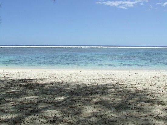 The Black Pearl at Puaikura : The beach across the road
