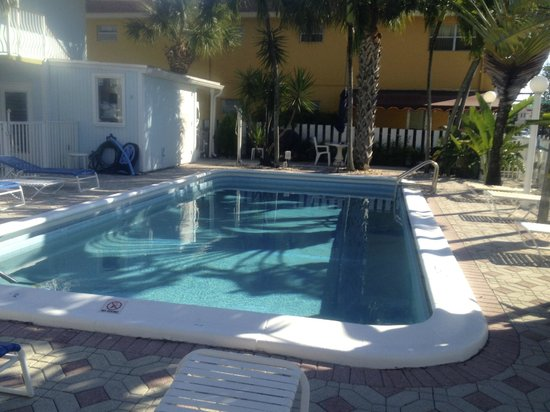 Great Escape Inn : Pool is clean but to open from street