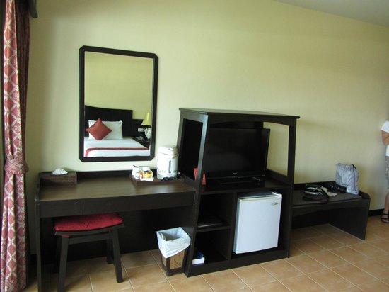 Kata Sea Breeze Resort: ТВ, столик и чайные принадлежности