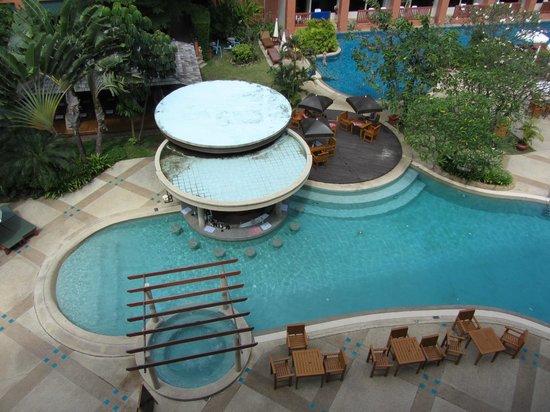 Kata Sea Breeze Resort: бассейн около нашего окна