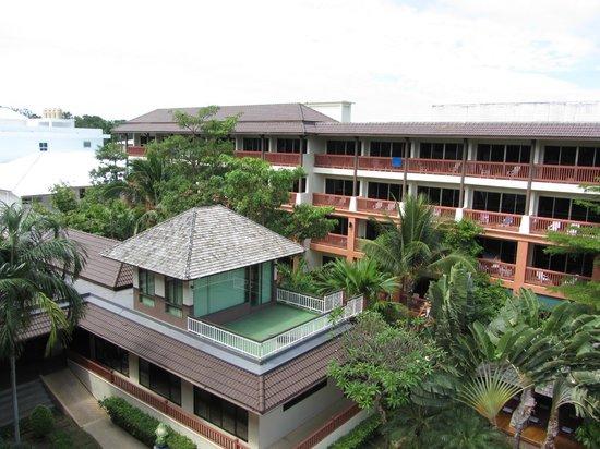 Kata Sea Breeze Resort: вид с лоджии номера 4 этажа