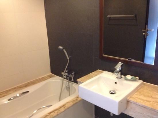 Aree Tara Resort: bad mit Dusche und Wanne