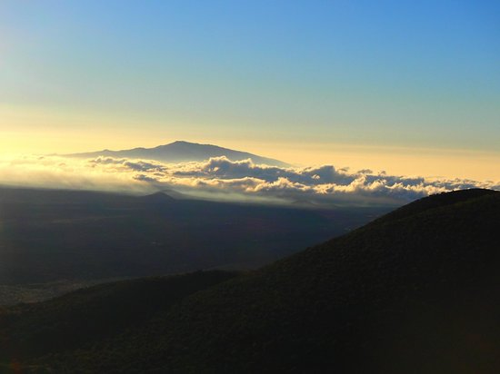 Maunakea Visitor Information Station : Sunset from Visitor Center Hill