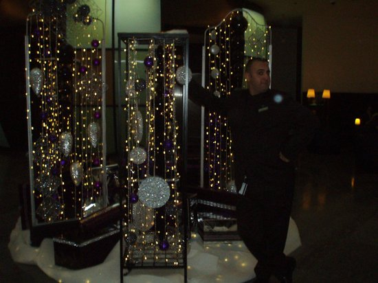 Sheraton Paris Airport Hotel & Conference Centre: Pretty Holiday Decorations in the Lobby - Staff Member making me laugh!