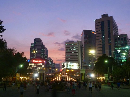 Lumpini Park: at sunset