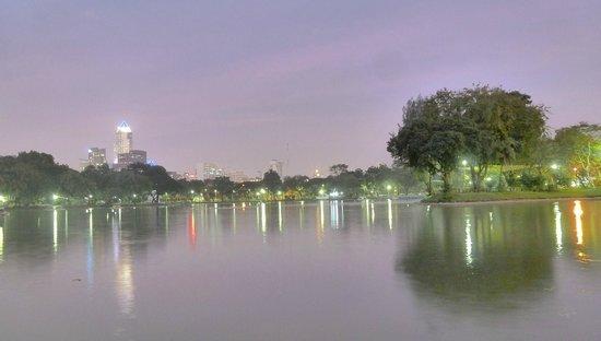 Lumpini Park: refl at dusk