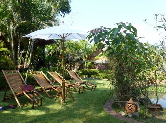 Thongbay Guesthouse: Chill-out chairs by the pond