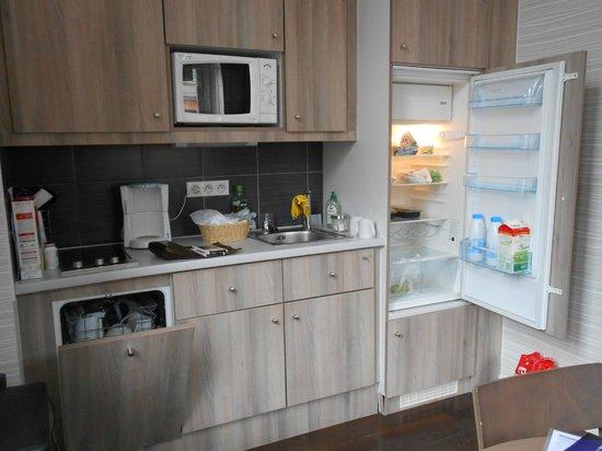 Adagio Strasbourg Place Kleber : Espace cuisinette - Micro-ondes, lave-vaisselle, réfrigérateur