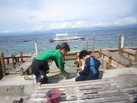 Tiki Tiki Divers Moalboal: 機材の取り扱いの講習中。急がせず楽しい講習で自分でできるように。