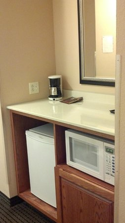 Country Inn & Suites by Radisson, Elk Grove Village/Itasca : Small Nook with Microwave and Fridge