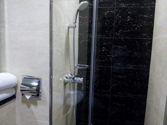 V Hotel Lavender: bath