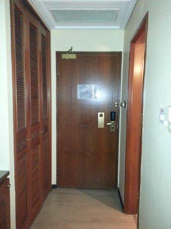 Village Hotel Albert Court by Far East Hospitality : Doorway & Wardrobe