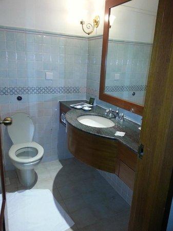 Village Hotel Albert Court by Far East Hospitality : Toilet
