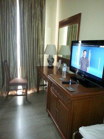 Village Hotel Albert Court by Far East Hospitality : Dressing Table & TV Corner