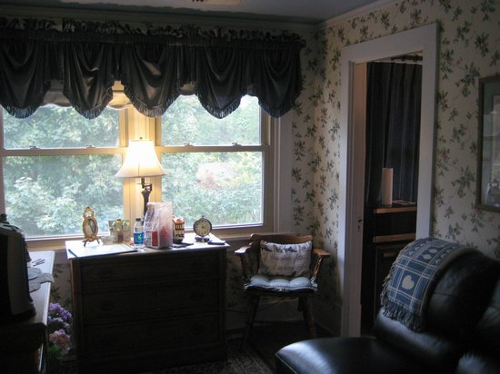 Aunt Daisy's Bed and Breakfast: Sitting Room in Suite