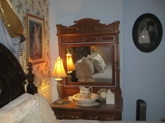 Aunt Daisy's Bed and Breakfast: Bedroom in Suite