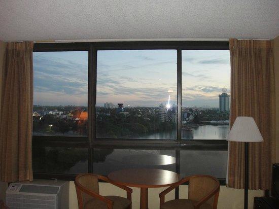 Ramada Plaza Resort and Suites Orlando International Drive : Vista do quarto