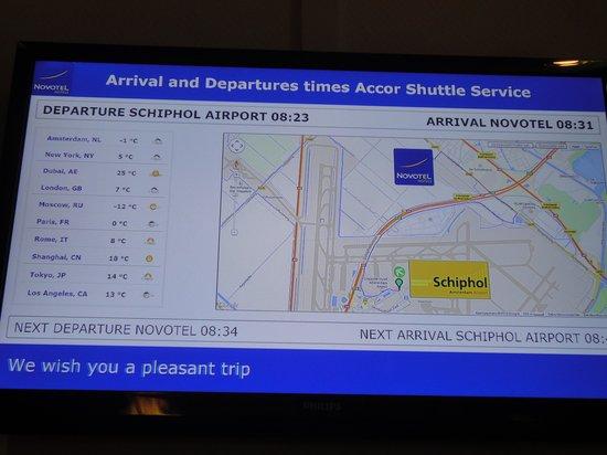 Dorint Airport Hotel Amsterdam: 空港との位置関係・気温・シャトルバス案内板