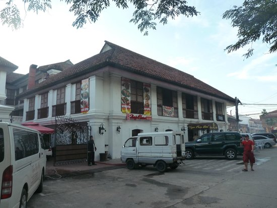 Vigan Plaza Hotel: The hotel from the street