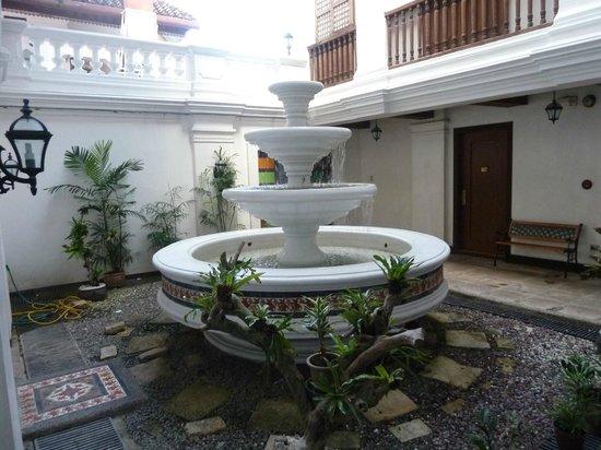 Vigan Plaza Hotel: Fountain at the groundfloor courtyard