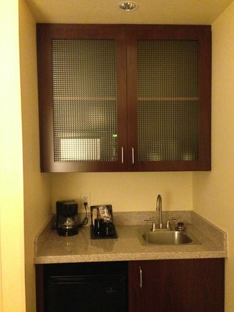 SpringHill Suites Portland Vancouver: Additional sink area - includes microwave & icebox