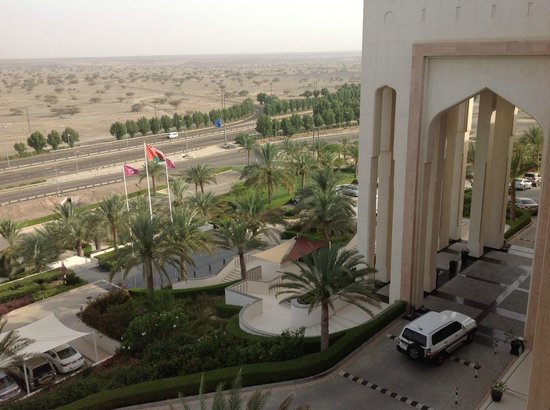 Crowne Plaza Sohar: The front entrance of the hotel from the room