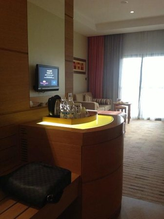 Crowne Plaza Sohar: Modern amenities of the room - free coffee and Tea