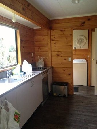 Rainforest Retreat: Kitchen (laundry area just next to it)