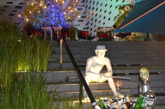 LiT BANGKOK Hotel: Outside bar