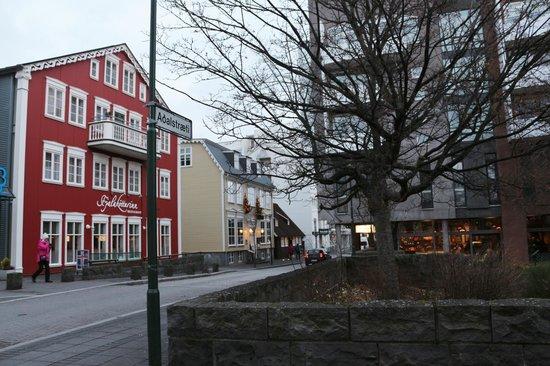 Hotel Reykjavik Centrum: Hotel, with coffee shop opposite