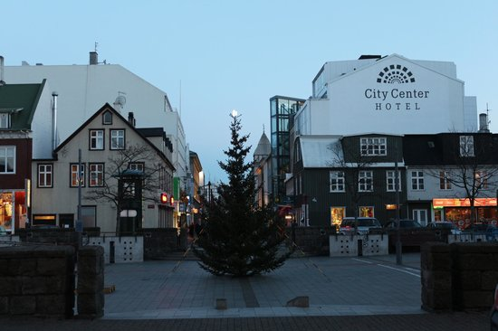 Hotel Reykjavik Centrum: Square adjacent to hotel. Moon on top of Christmas tree!
