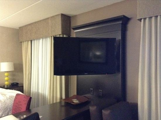 Hampton Inn & Suites Chattanooga/Hamilton Place: HUGE tv in center of room. Very clear. Very impressed.