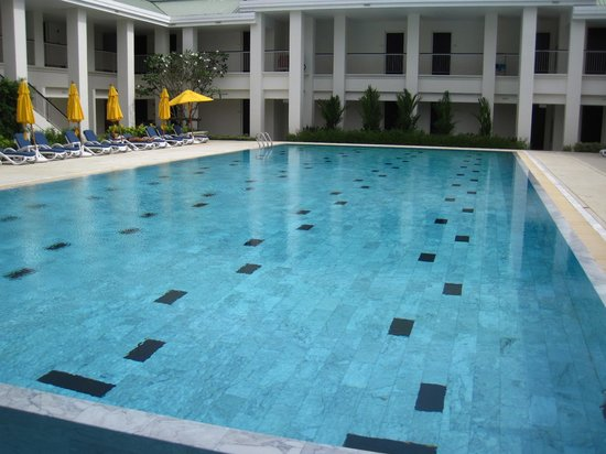 Thanyapura Sports Hotel: 25-meter lap pool in the centre of the hotel