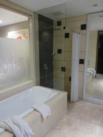 Amadea Resort & Villas : deluxe pool bathroom