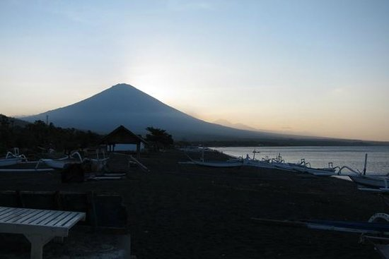 Solaluna Beach Homestay: Majestic Mt. Agung—view from private porch