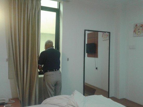 Switz Paradise Hotel: deluxe queen suite bedroom with window