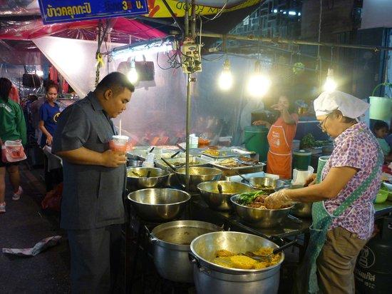 Surat Thani, Tailandia: Лоток с едой