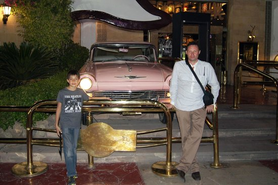 Hard Rock Cafe Sharm El Sheikh : Ну как без розового кадиллака?