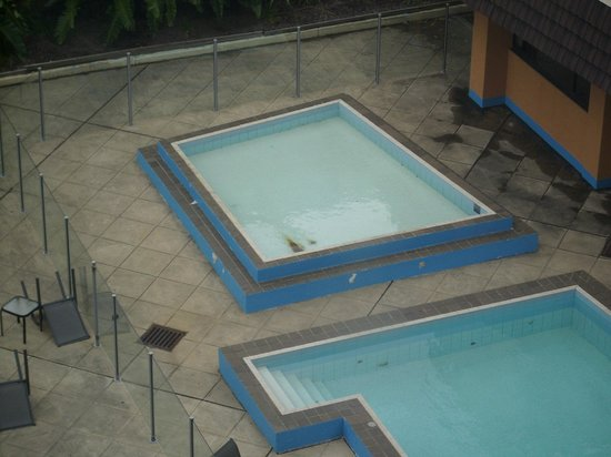 Rydges Camperdown Sydney: Rust on pool floor