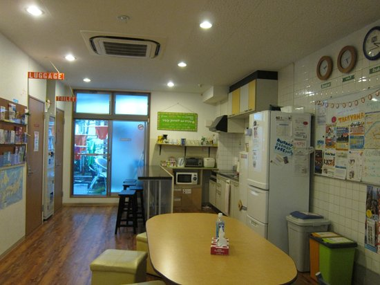 J-Hoppers Osaka Guesthouse: The kitchen & common room