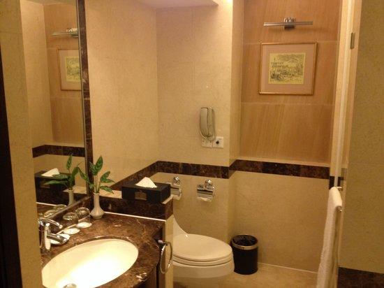 Lijiang Waterfall Hotel: Bathroom