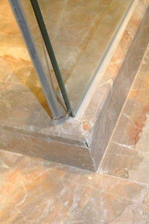 Conrad Macao Cotai Central: Chipped corner ledge near to glass-door