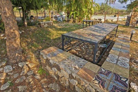 Tavolo con panchina decorati con antiche maioliche siciliane