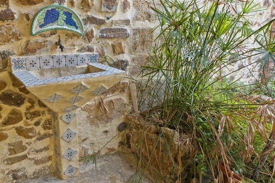 Lavabo esterno decorato con maioliche siciliane foto di le case
