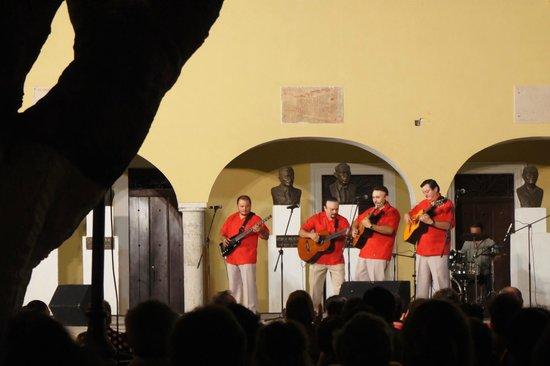 Luz En Yucatan: plaza santa Lucia folk show